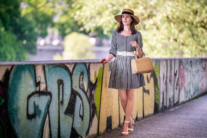 RetroCat mit einem Minikleid im Stil der 60er-Jahre unterwegs in München