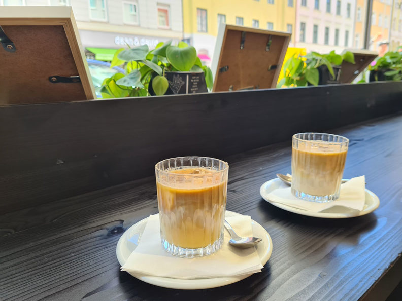 RetroCat trinkt einen Eiskaffee in München