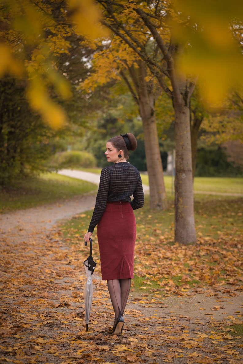 Vintage fashion blogger RetroCat wearing nylons and a pencil skirt in autumn