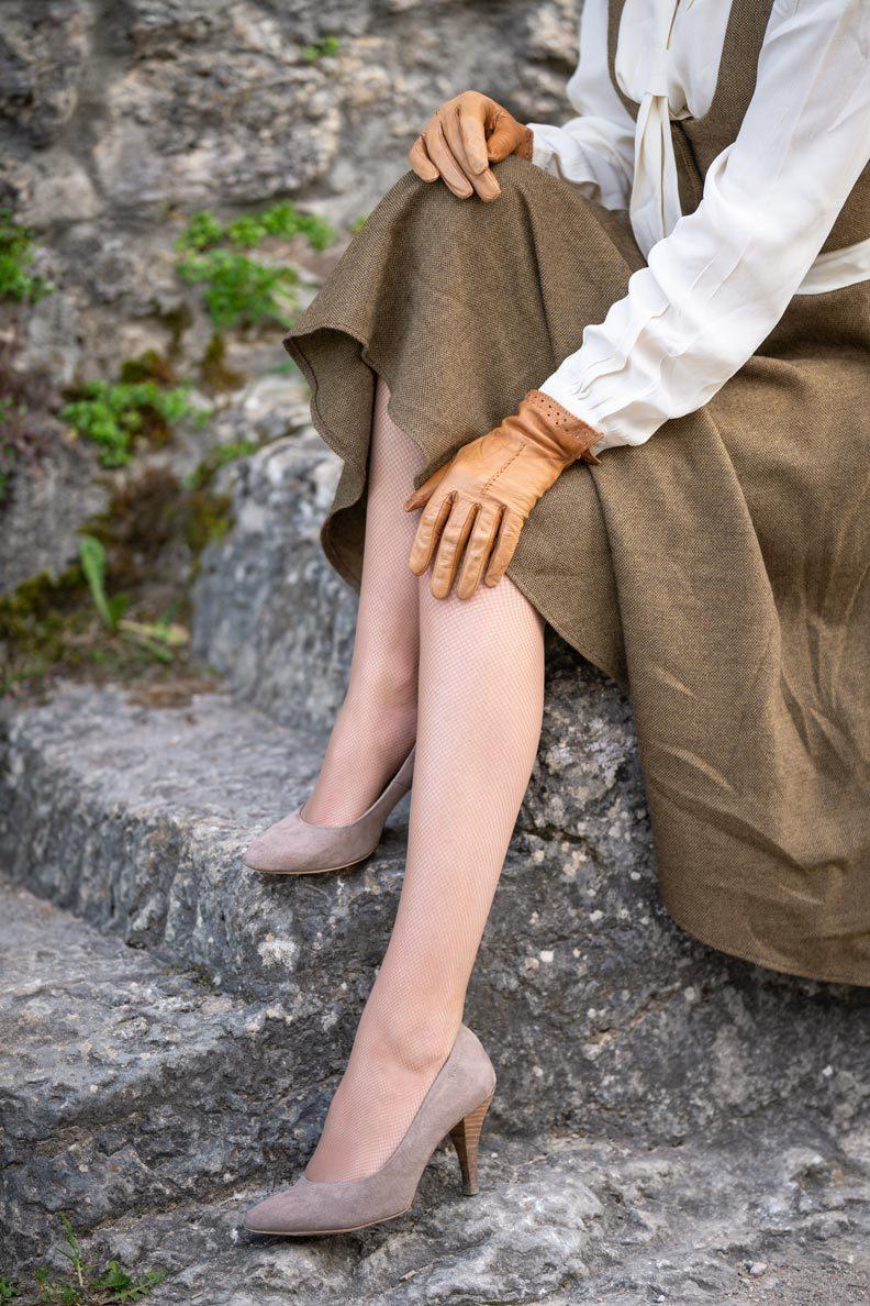 Strumpfhosen für schöne Beine: RetroCat mit einer beigen Netzstrumpfhose