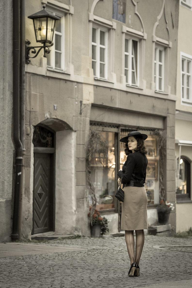 RetroCat mit French Heel Nylons und einem eleganten 40er-Jahre-Look beim Spaziergang