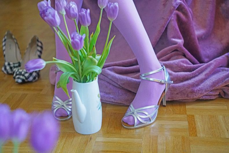 Strumpfhosentrends 2020: RetroCat mit einer bunten Strumpfhose und silbernen Schuhen