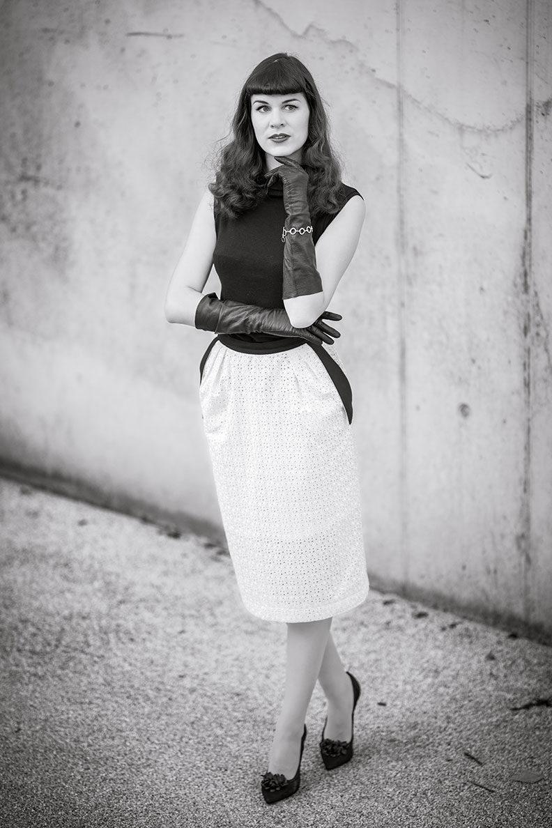 RetroCat in einem Schwarz-Weiß-Look im Stil von Bettie Page