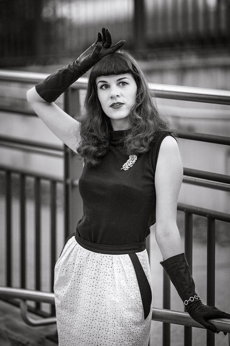 RetroCat in einem Schwarz-Weiß-Look mit Top von Heart of Haute und Bleistiftrock von Ginger Jackie