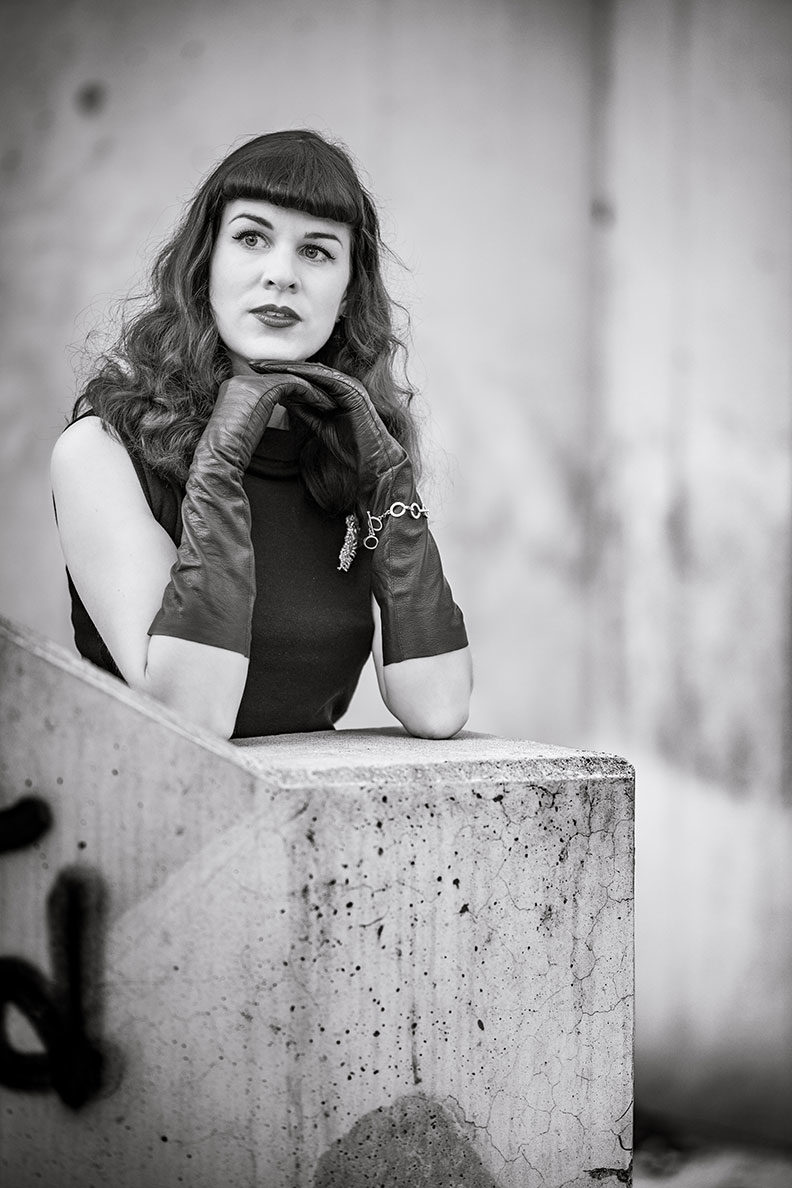 RetroCat mit schwarzen Vintage-Lederhandschuhen aus den 50er-Jahren