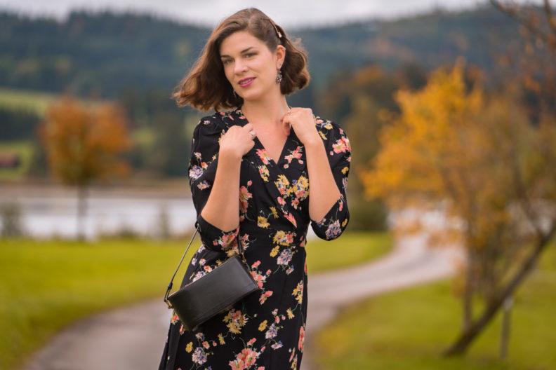 Beauty-Bloggerin RetroCat mit einem eleganten Herbst-Make-up