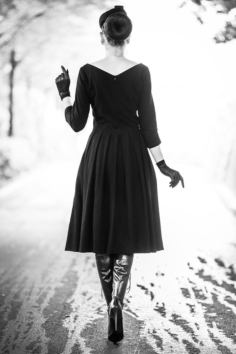 RetroCat mit Stiefeln und einem schwarzen Retro-Kleid in einem Tunnel