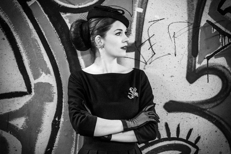 Mode-Must-haves für den Herbst: RetroCat mit Fascinator und Spinnen-Ohrringen