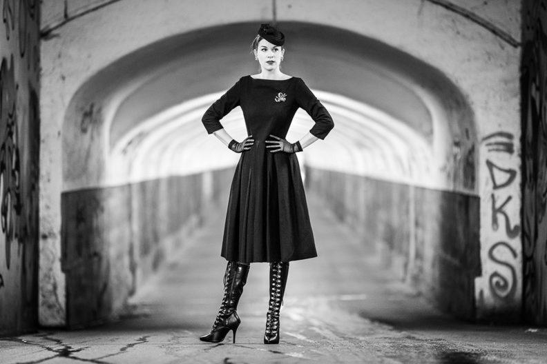 RetroCat in einem schwarzen Retro-Kleid für den Herbst