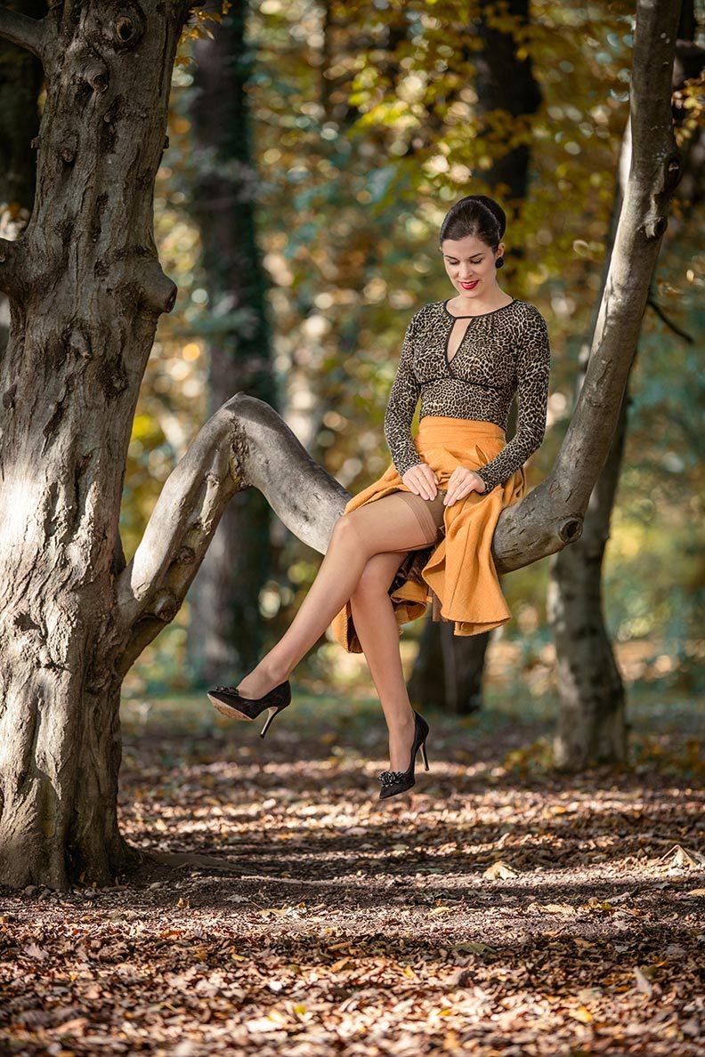 Leopardenmuster kombinieren: RetroCat mit Nahtnylons von Secrets in Lace und einem Herbst-Outfit