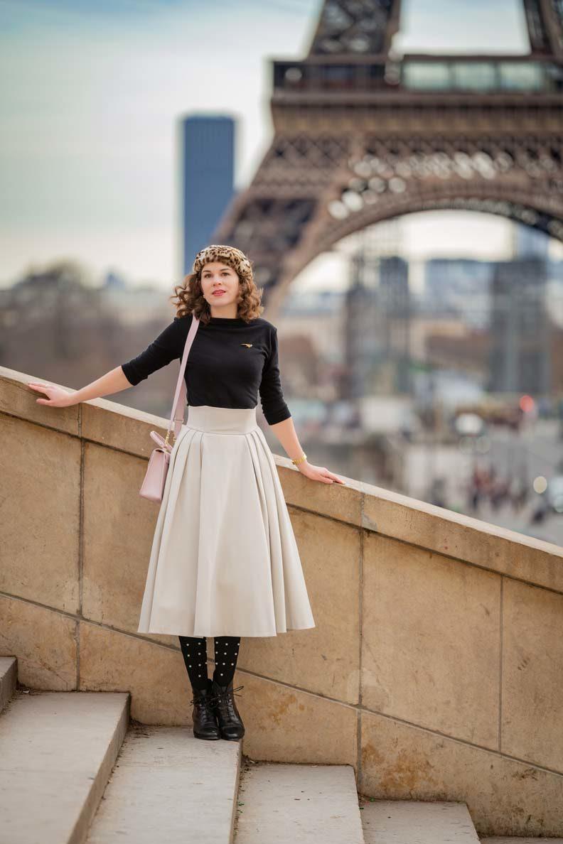 RetroCat mit Tellerrock und Schnürstiefeletten vor dem Eiffelturm in Paris