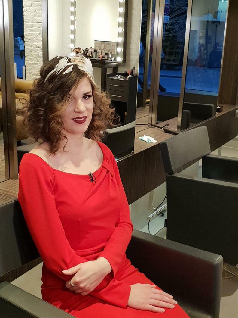 Sandra alias RetroCat mit ihrer Brautfrisur und einem roten Kleid