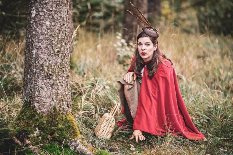 Rotkäppchen-Look: Ein Waldspaziergang im roten Cape
