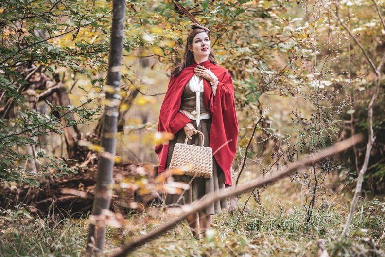RetroCat im Rotkäppchen-Look mit Cape und elegantem Retro-Outfit
