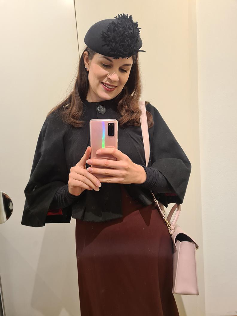 RetroCat mit dunkelrotem Kleid und schwarzer Jacke für den Herbst