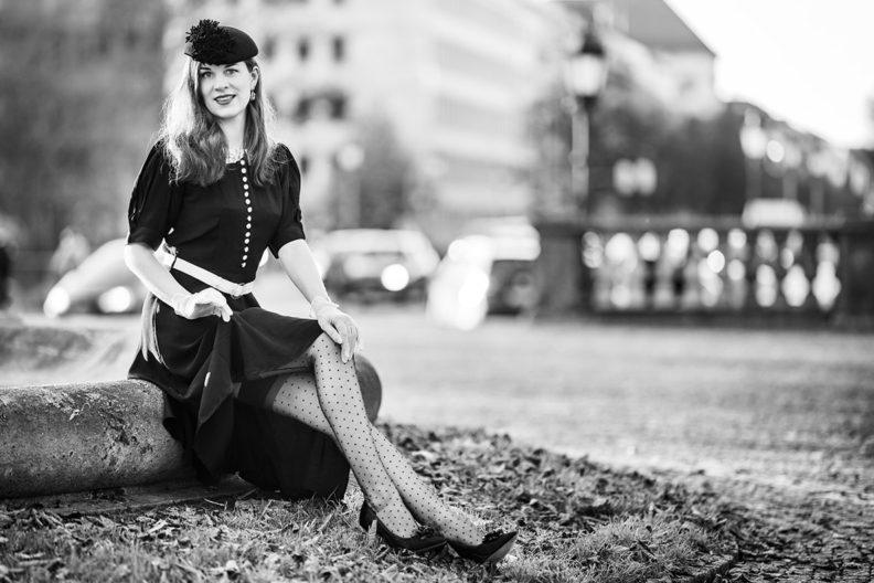 RetroCat im Kleid mit Spitzenkragen, Hut, Nylons, Highheels und Handschuhen in München
