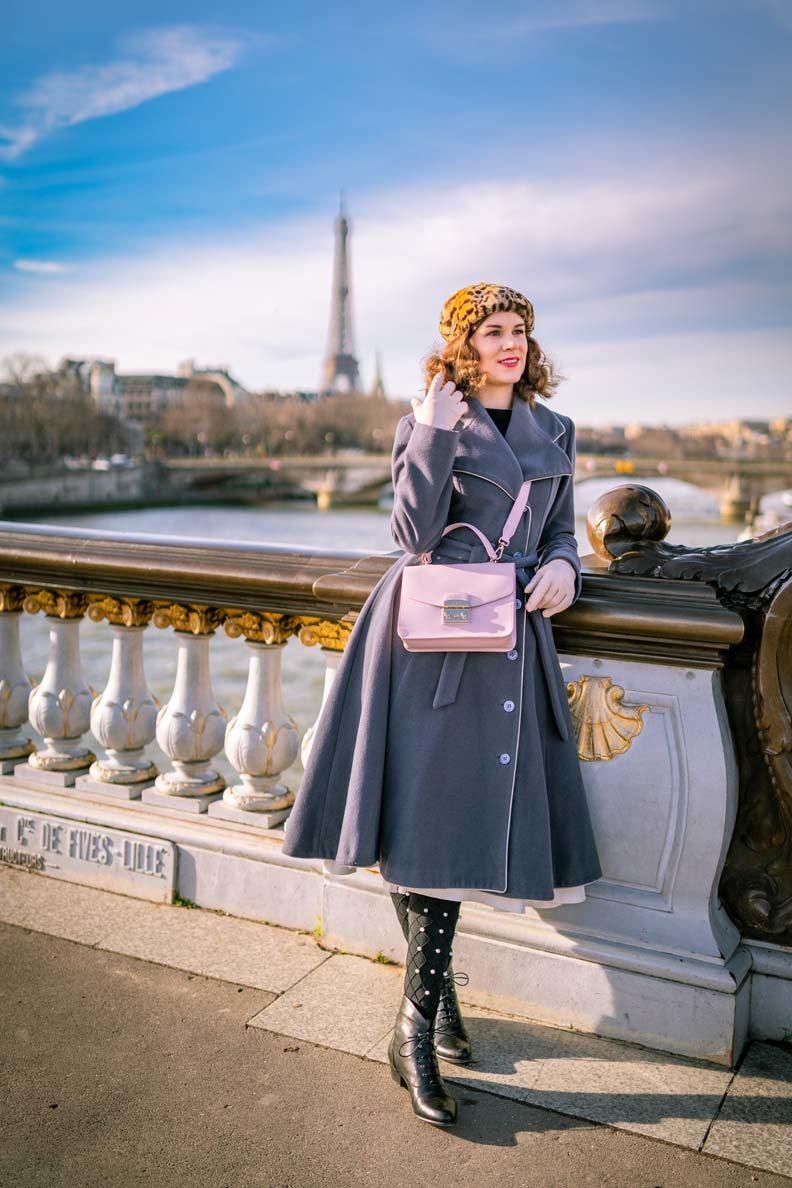 RetroCat mit Wintermantel und warmer Strumpfhose im winterlichen Paris