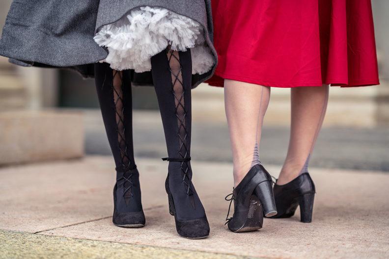 Kleider im Winter tragen: RetroCat mit einem Petticoat unter ihrem Winterkleid