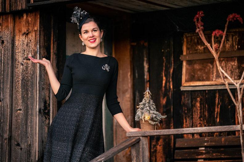 Festliche Kleider: RetroCat in ihrem Weihnachts-Outfit von ORSAY