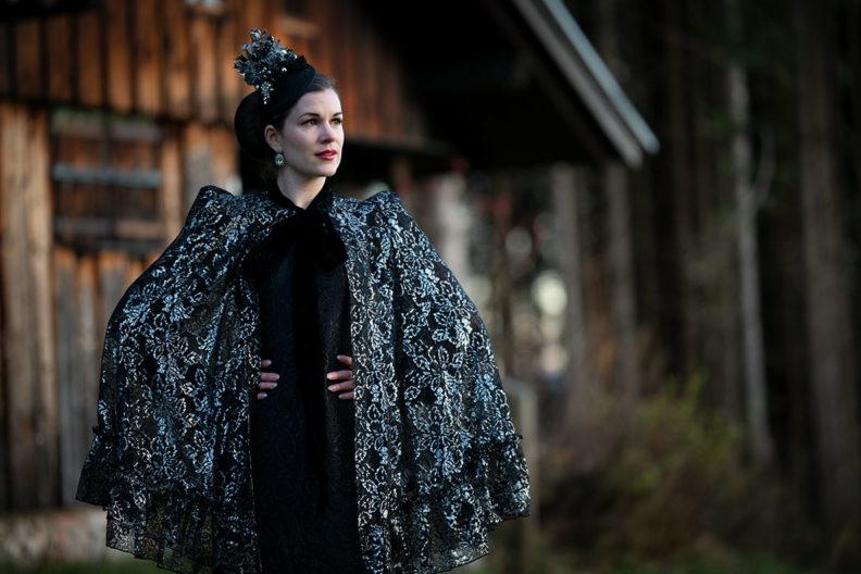 RetroCat in einem Outfit von The Vampire's Wife x h&m