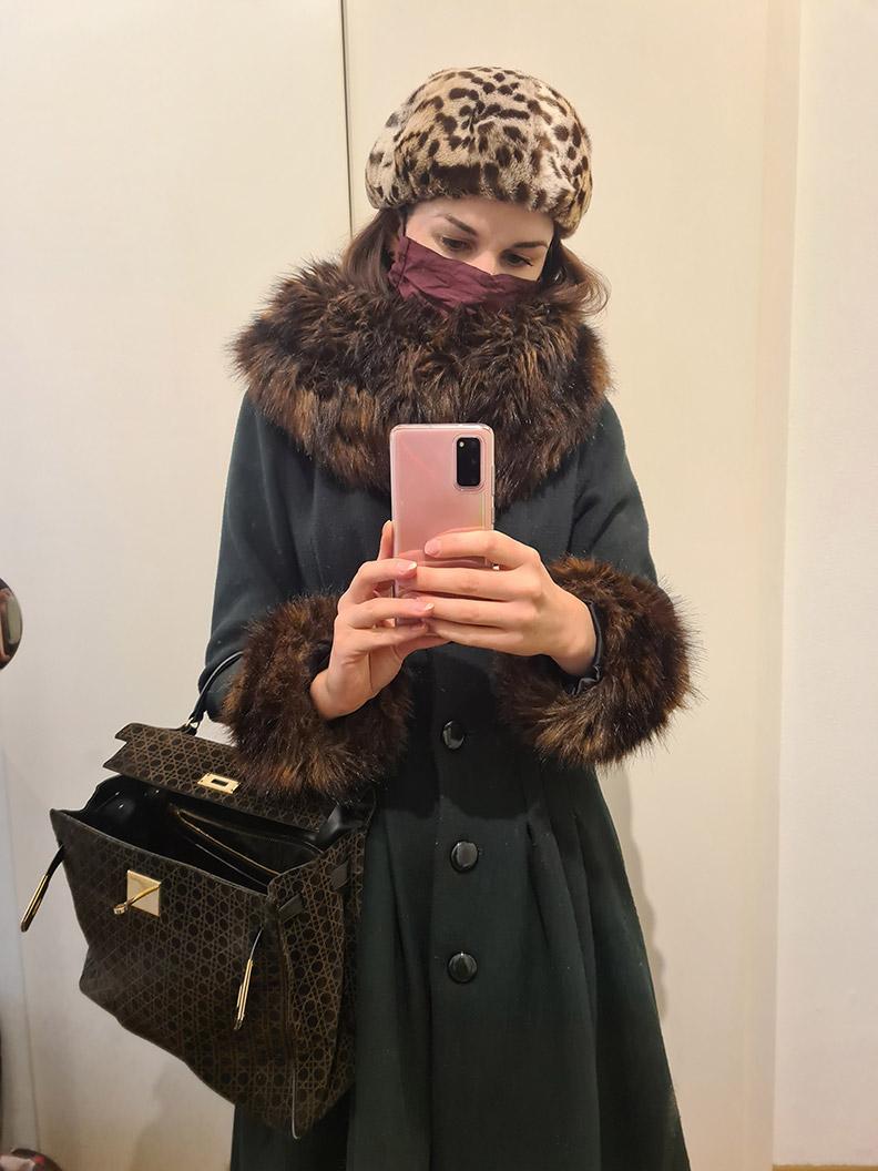 RetroCat mit dem Pearl Coat von Collectif Clothing und einer Maske