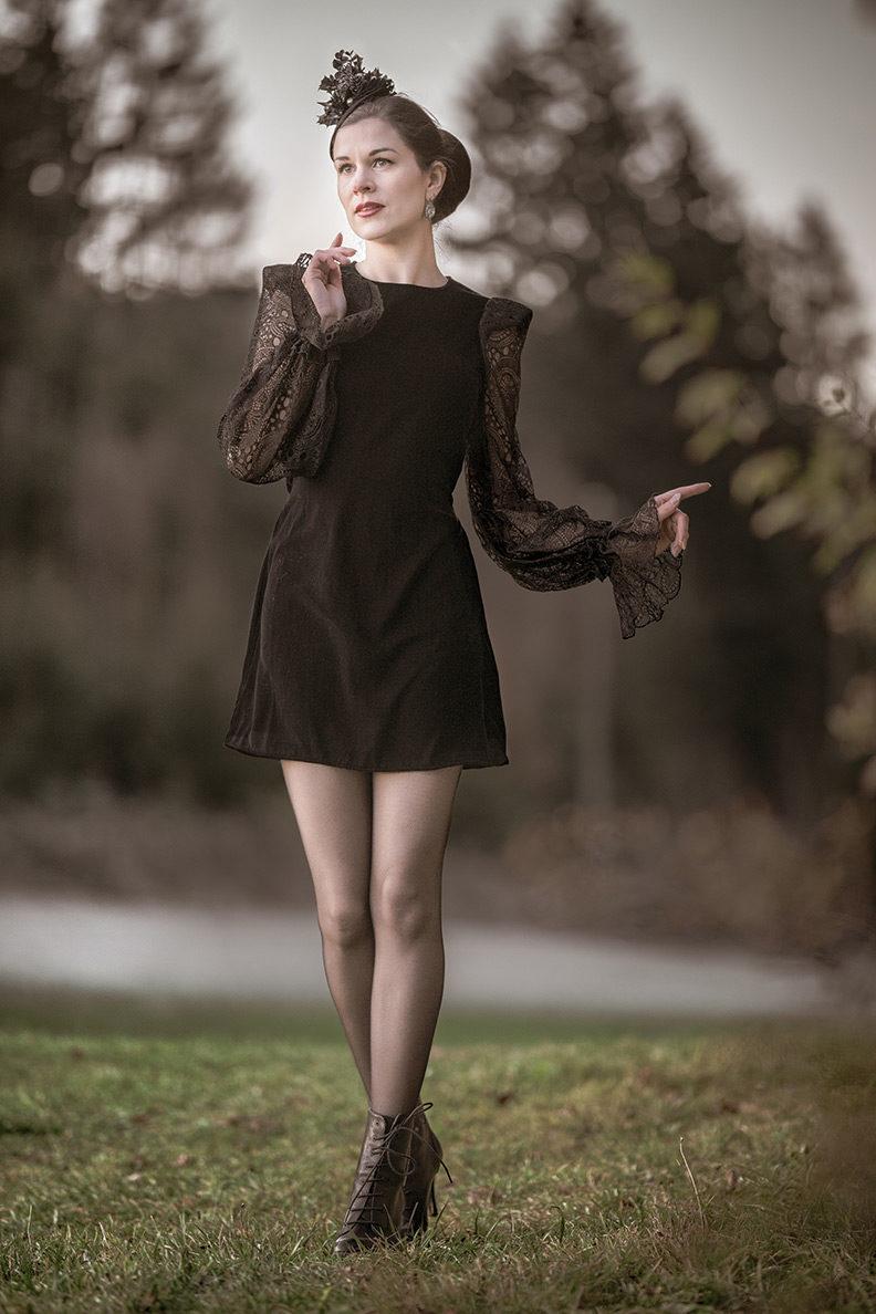 RetroCat in einem Minikleid aus Samt und Spitze von The Vampire's Wife x H&M