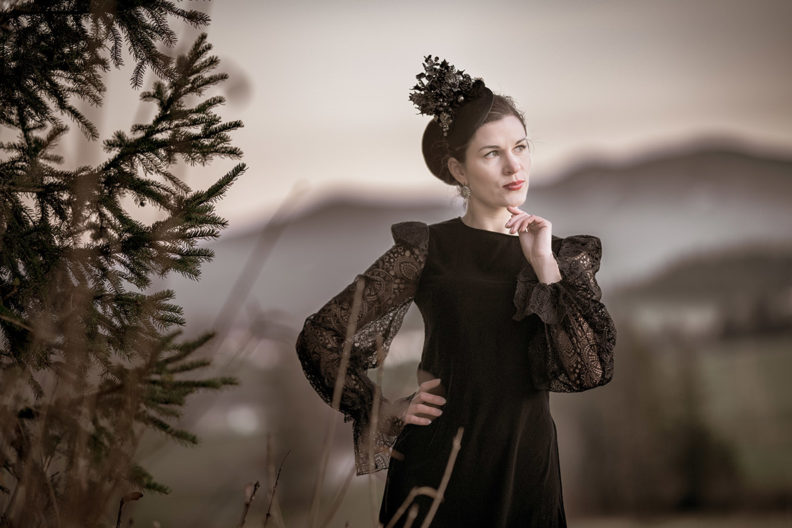 RetroCat in einem schwarzen Kleid mit Ärmeln aus Spitze