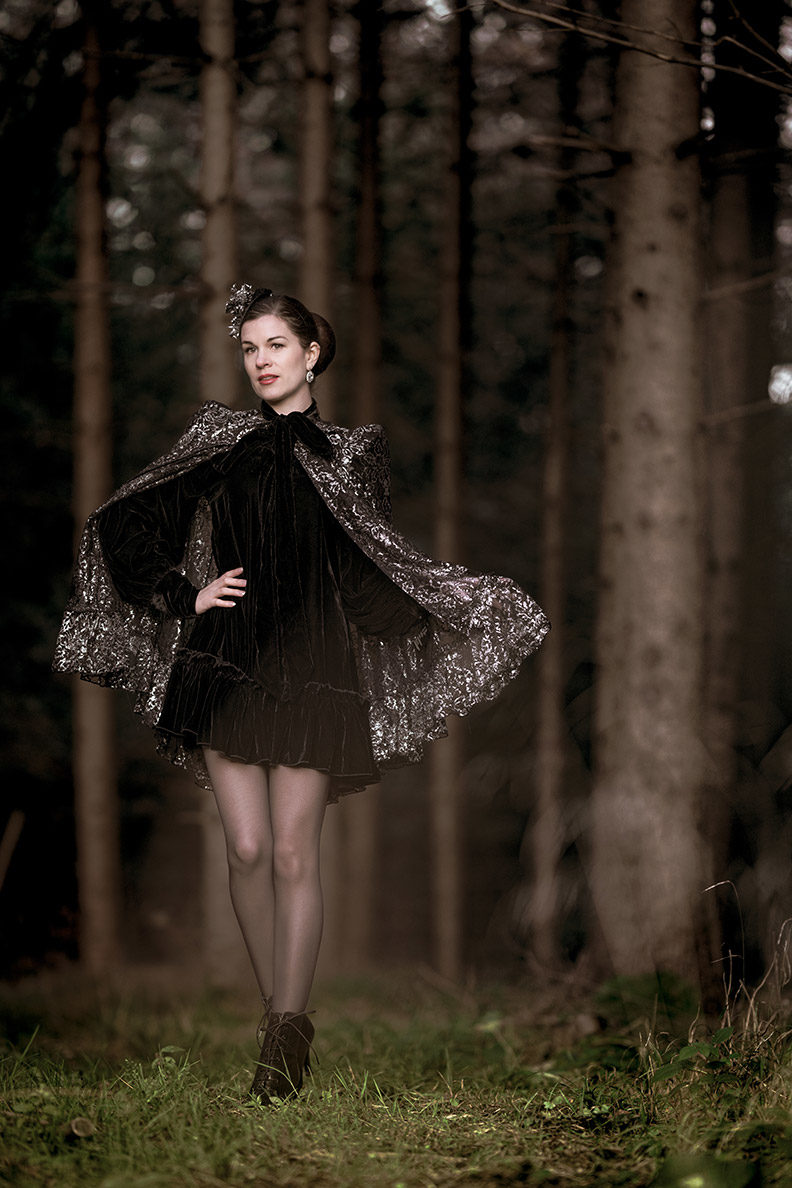 RetroCat mit einem Samtkleid und Cape von The Vampire's Wife x H&M