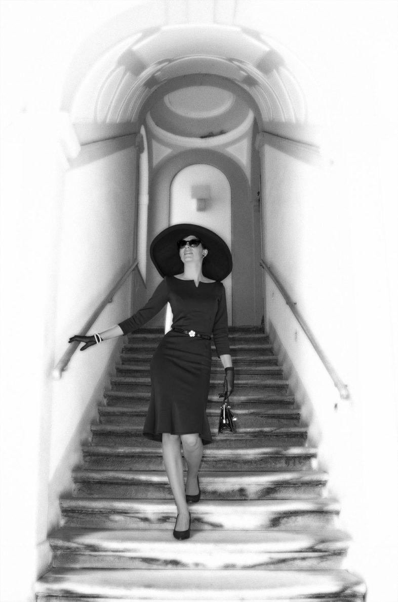 RetroCat mit einem Hut im Stil von Audrey Hepburn in Frühstück bei Tiffany
