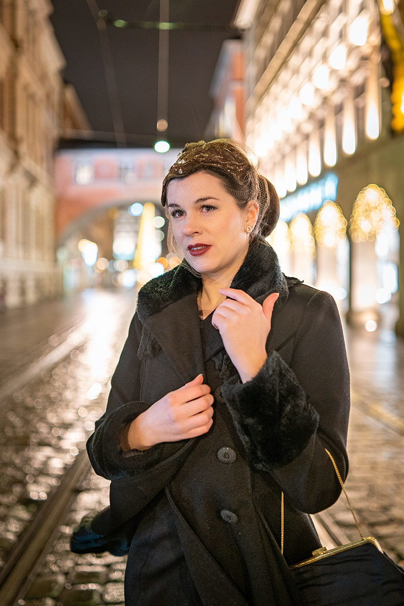 RetroCat mit schwarzem Mantel und glamourösem Fascinator für Weihnachten