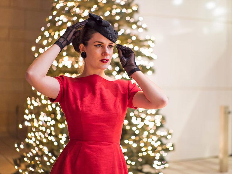 RetroCat in einem roten Vintage-Kleid für Weihnachten