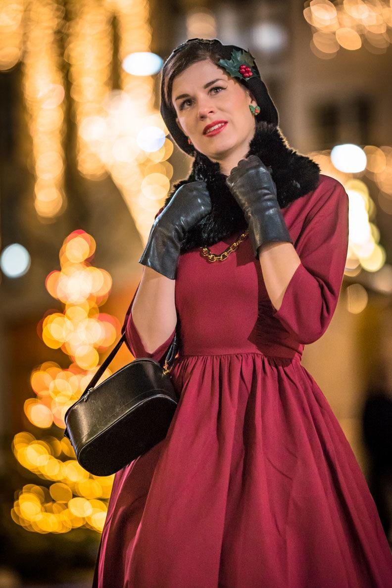Weihnachtsoutfit: RetroCat mit rotem Kleid und passenden Retro-Accessoires