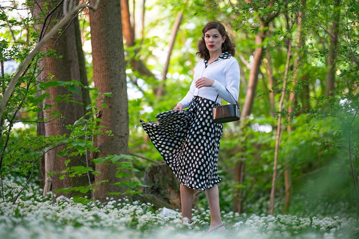 Jahresrückblick 2020: RetroCat in einem schwarz-weißen Kleid im Frühling