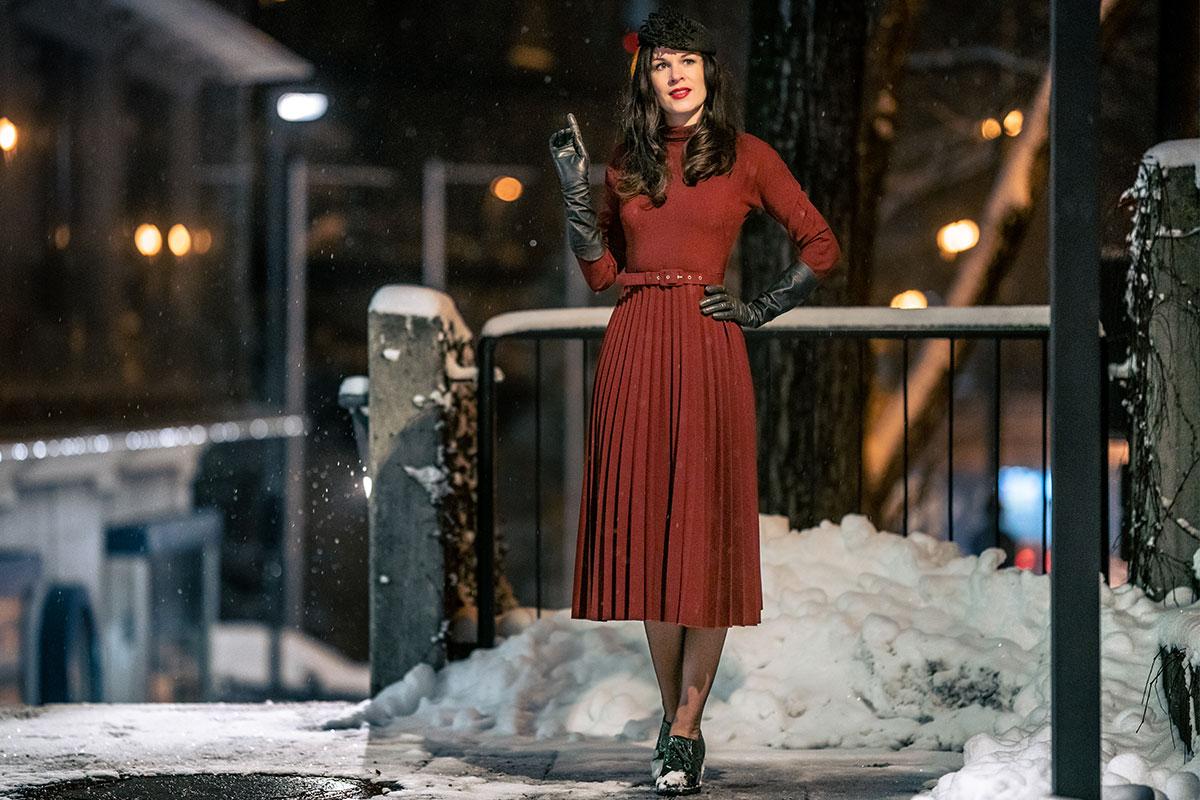 Magische Winternächte: Rotes Winterkleid trifft auf glamourösen Mantel