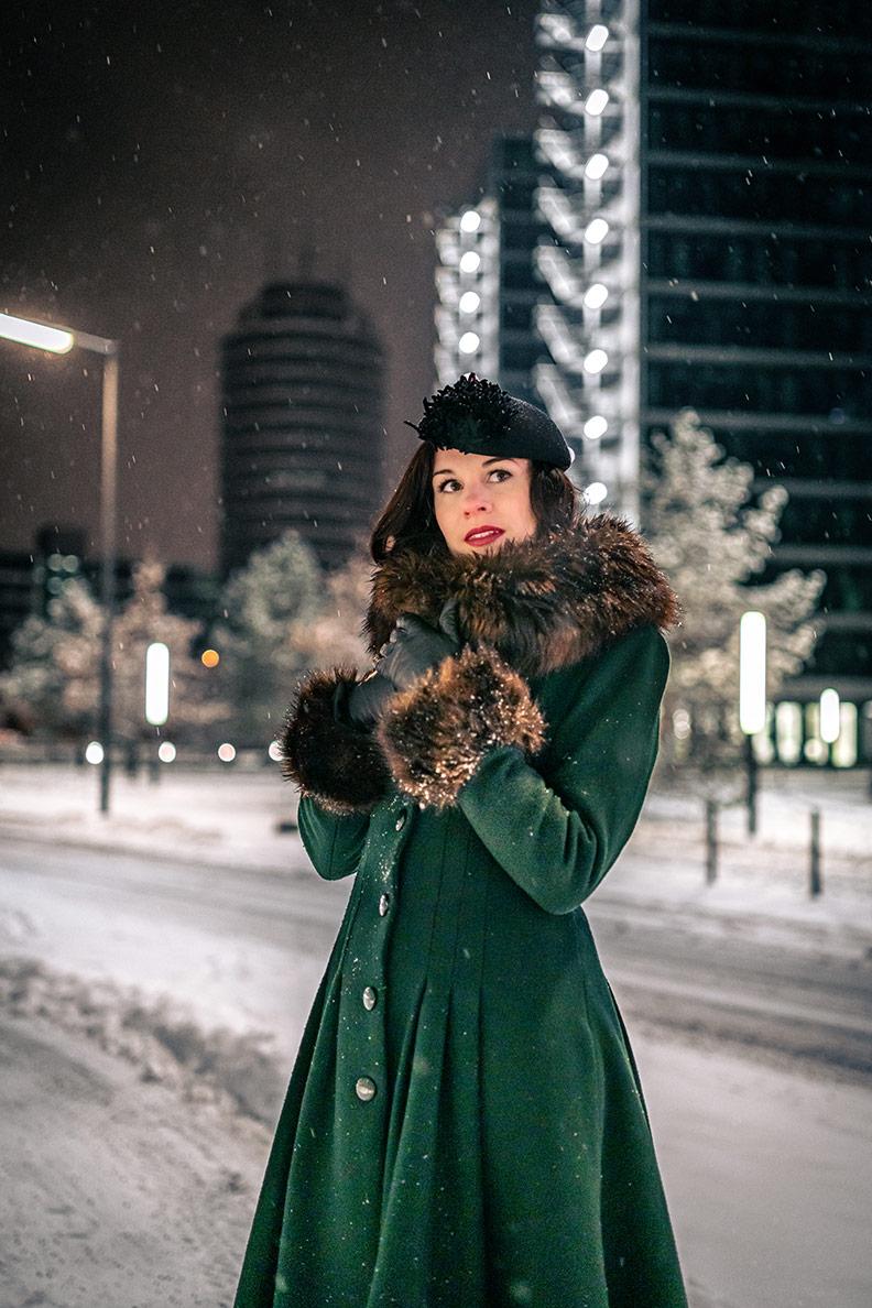RetroCat mit Retro-Mantel, schwarzem Hut und Vintage-Lederhandschuhen im Winter
