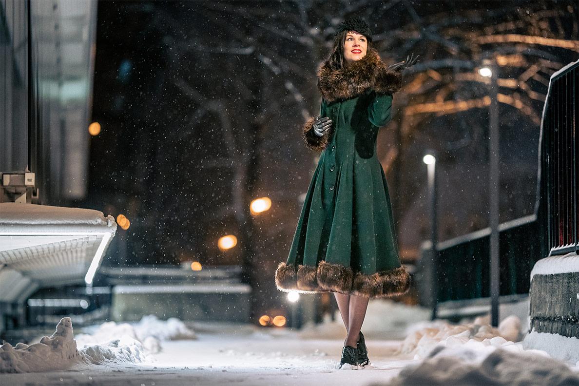 RetroCat im glamourösen Pearl Coat bei Schneefall