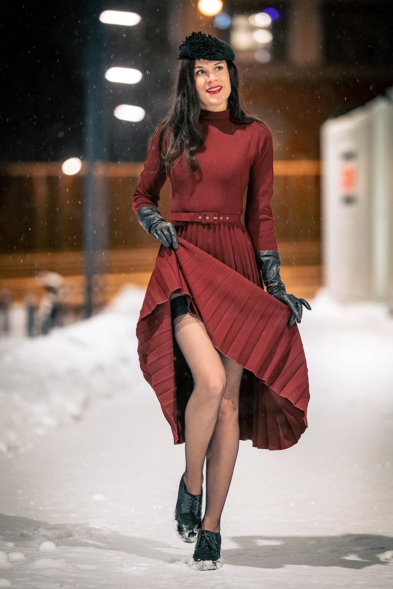 RetroCat trägt ein rotes Winterkleid und dunkle Nylons von Secrets in Lace