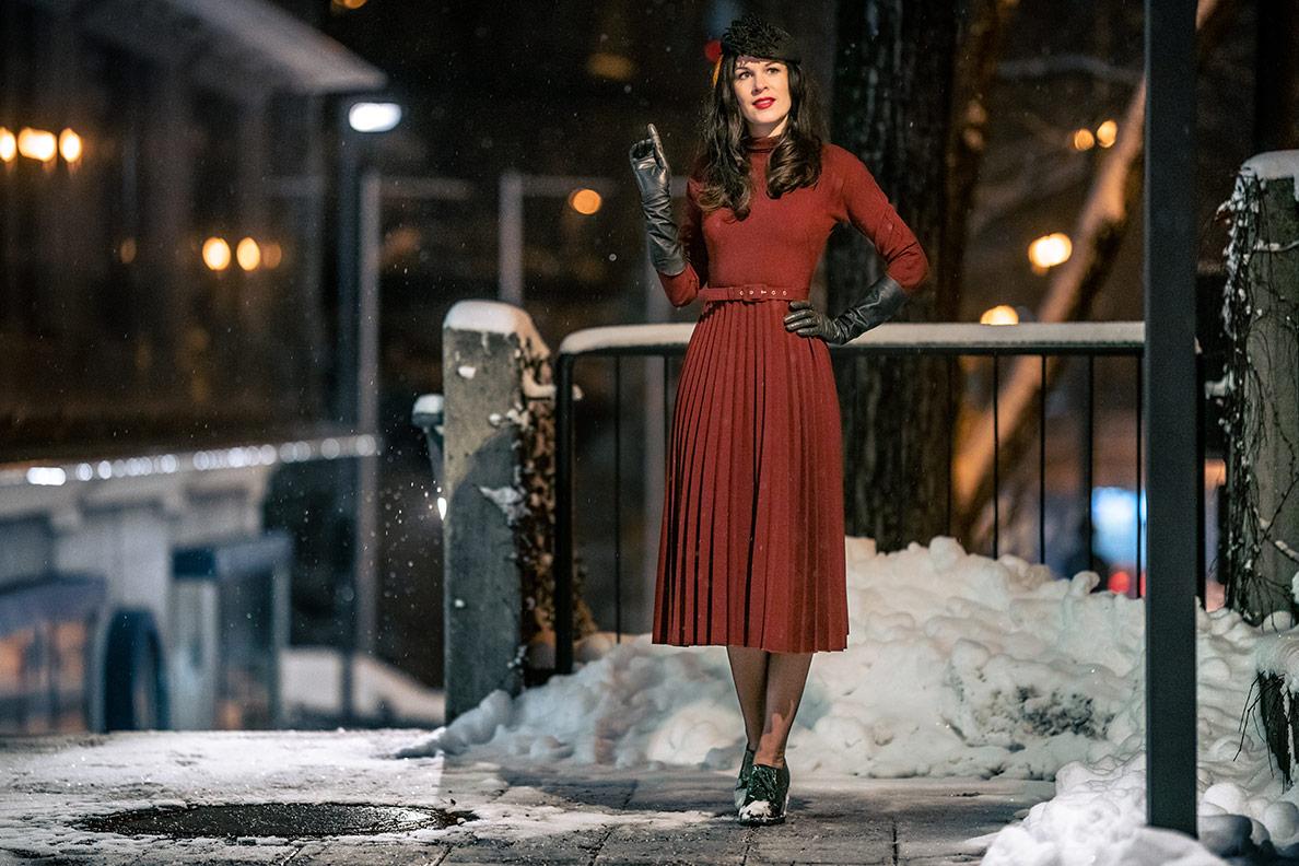 RetroCat mit rotem Winterkleid mit Plisseerock von Ginger Jackie