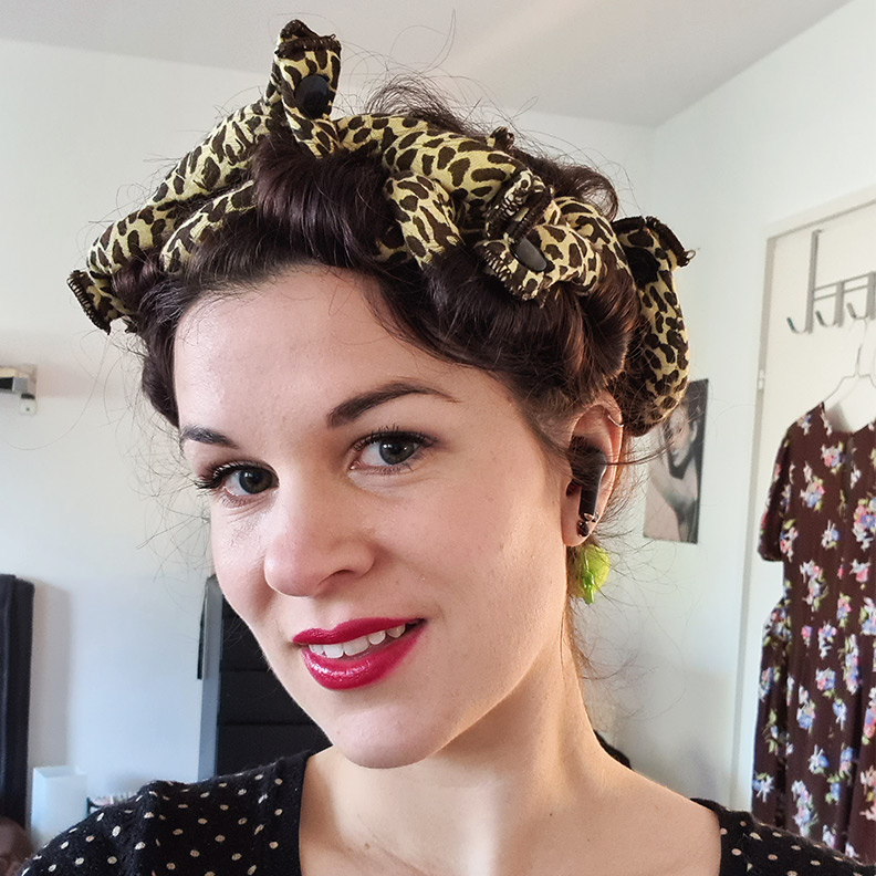 Curls over night: RetroCat with soft sleep-in rollers