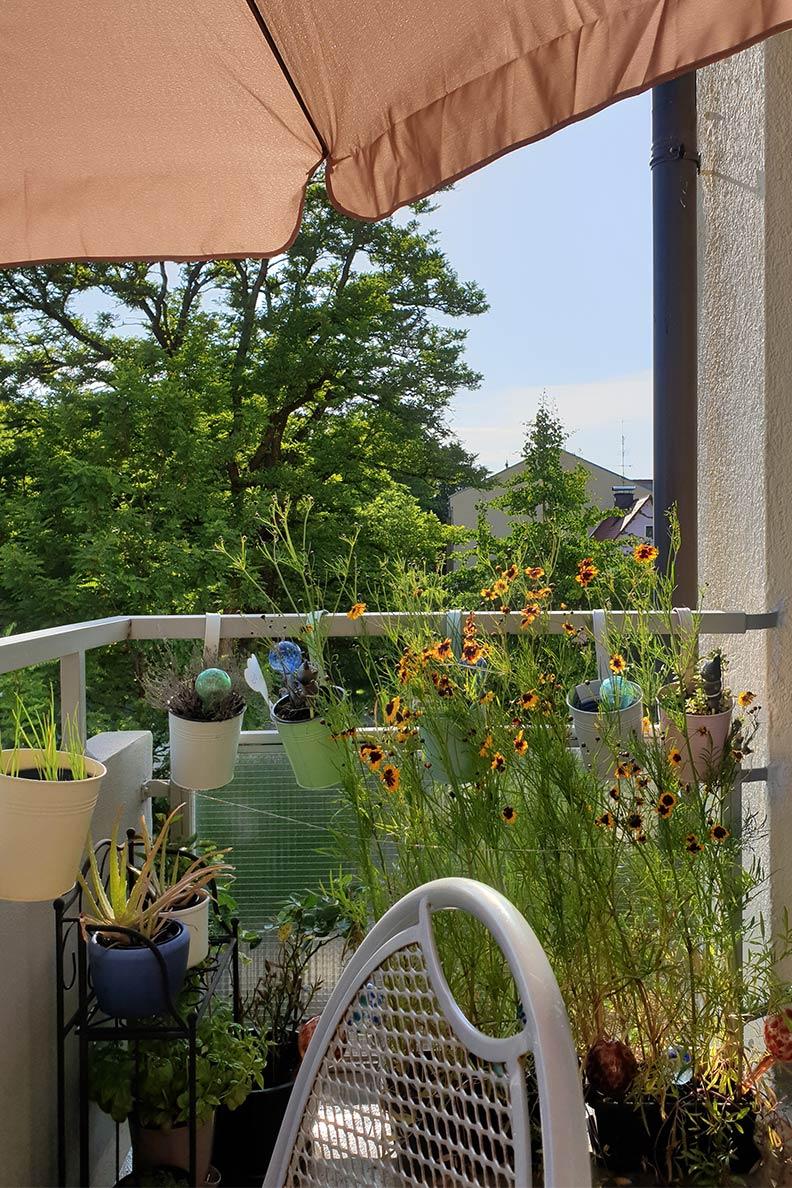 RetroCats Balkon mit Sonnenschirm, Tisch und Stuhl