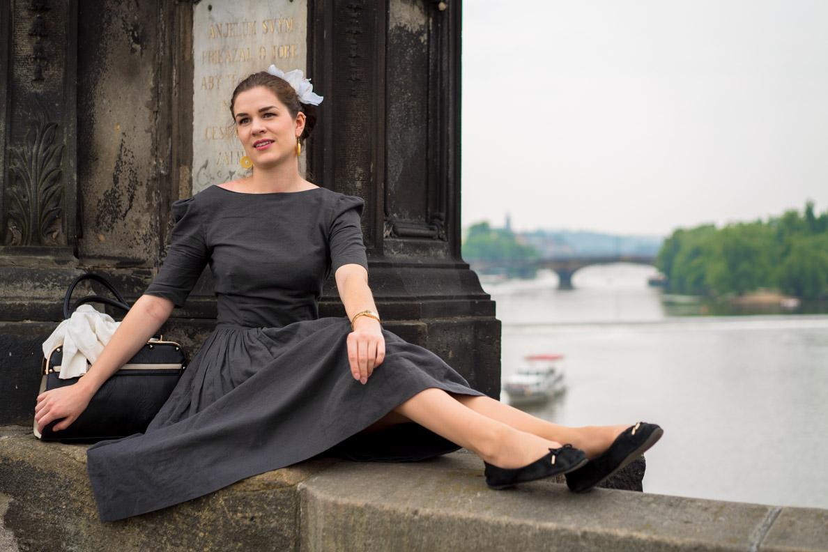 RetroCat mit einem grauen Retro-Kleid und Ballerinas in Prag