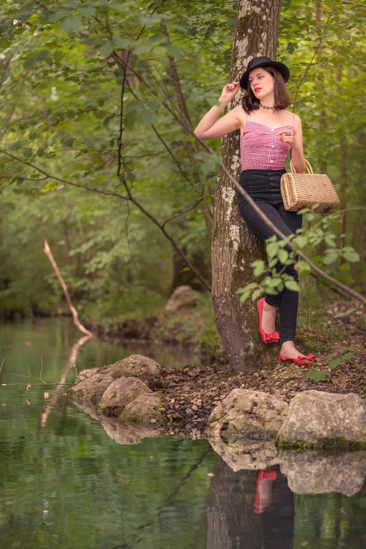 RetroCat mit Karo-Top, Highwaist-Hose und Ballerinas im Wald