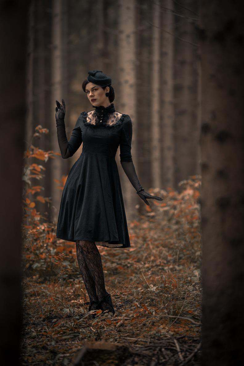 RetroCat mit Spitzenstrumpfhose und einem Gothik-Kleid im Wald