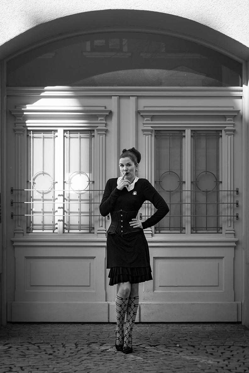 Vintage-Fashion-Bloggerin RetroCat mit Korsett und Kleinem Schwarzen in München