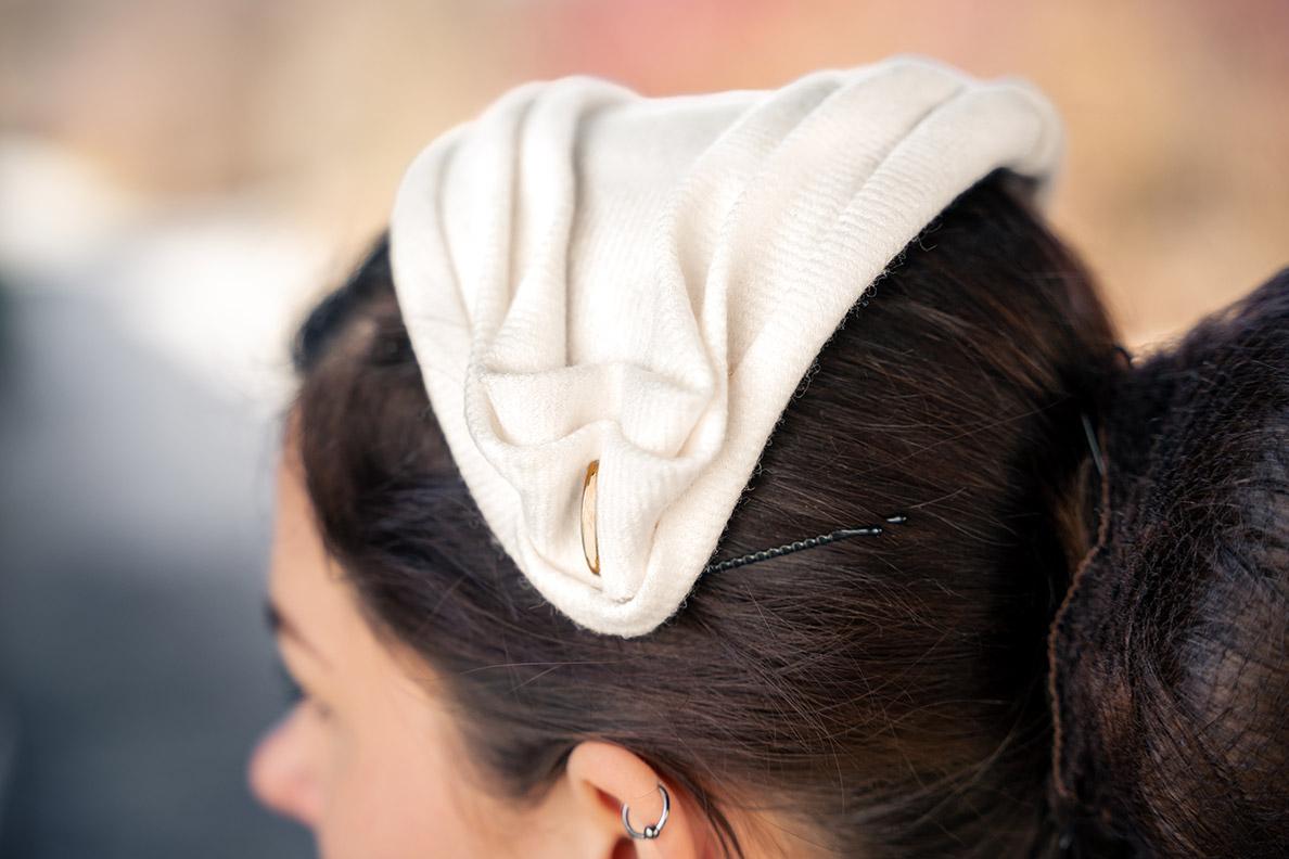 RetroCat trägt einen kleinen weißen Hut von Mein wunderbarer Hutsalon