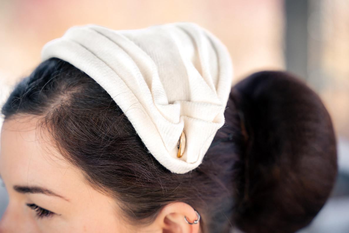 RetroCat trägt einen weißen Half Hat von Mein wunderbarer Hutsalon