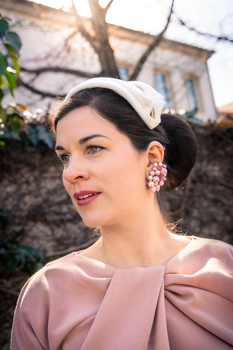 RetroCat mit rosa Kleid, Half Hat und Vintage-Ohrringen