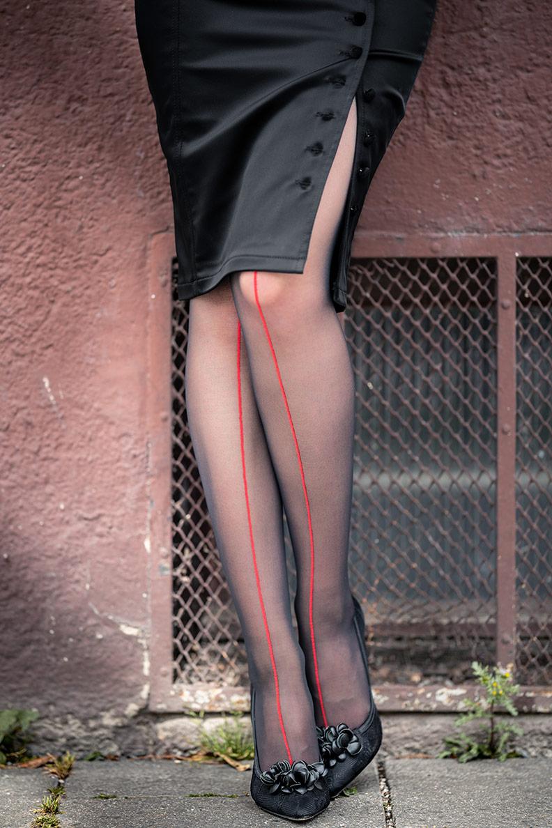 RetroCat mit dem schwarzen Bleistiftrock Irma Skirt von Wheels and Dollbaby