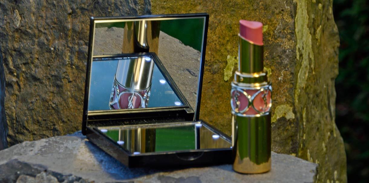 Ein beleuchteter Taschenspiegel - perfekt zum Nachschminken