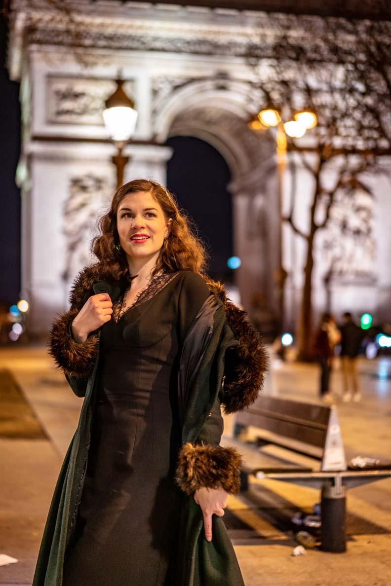 RetroCat mit schwarzem Kleid und Glamour-Mantel in Paris